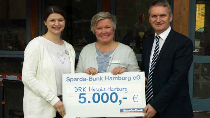 Pflegedienstleiterin Marion Basler (von links), Hospizleiterin Britta True, Norbert Koßyk, Filialleiter der Sparda-Bank in Harburg. | Foto: DRK-Kreisverband Hamburg-Harburg e.V.