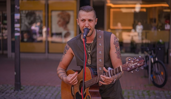 Dennis Adamus: Unplugged Street-Tour durch Harburg